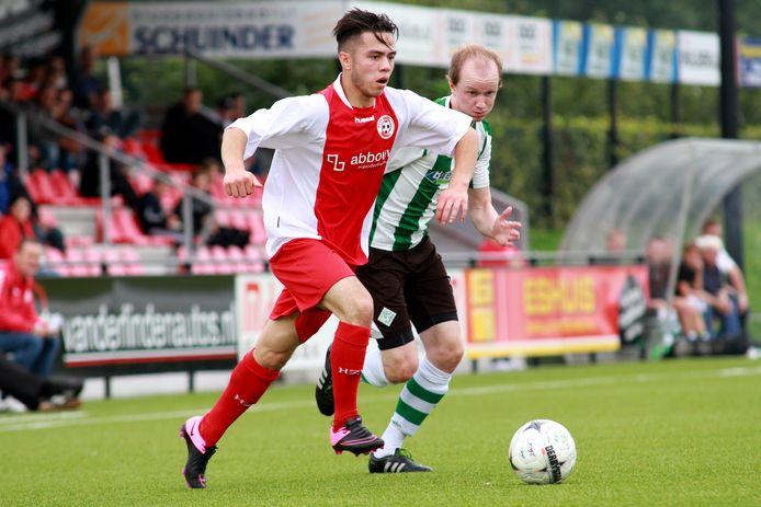 Reza Hosseini (l) - namens HZVV in duel met Arjen Netjes van SC Genemuiden, speelt na de zomer in Kampen.