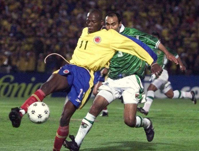 Faustino Asprilla, hier in het shirt van Colombia in actie tegen Bolivië.