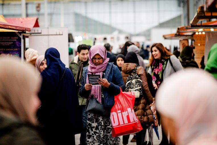 Bezoekers tijdens de Moslim Lifestyle Expo. Doelstelling van het tweedaags evenement is het creeren van een ontmoetingsplek voor alle moslims met verschillende achtergronden en om moslims en niet-moslims dichter bij elkaar te brengen. Beeld ANP