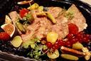 Eén van de voorgerechten bij de afhaalmaaltijd van Den Heksestoel in Loker: huisgemaakte everzwijnpaté met toast, ajuinconfijt en ingelegde groente.