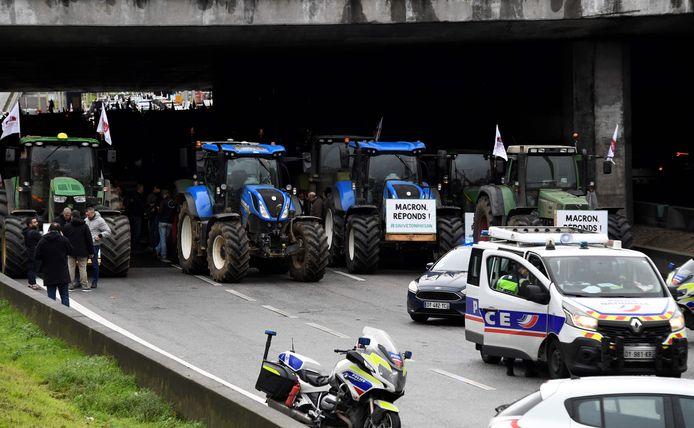 In Frankrijk protesteren landbouwers voor een hoger inkomen. Zowat duizend boeren reden vanmorgen met tractoren vanuit het noorden en het centrum van Frankrijk richting Parijs.