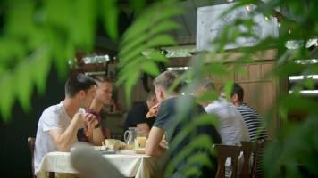 Het gesprek valt stil tijdens het ontbijt bij Tristan