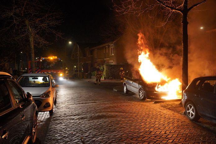 Een auto ging in vlammen op in de Biezenstraat in Nijmegen.