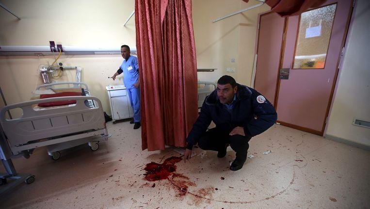 Een veiligheidsagent van het ziekenhuis op de plaats waar een 27-jarige Palestijn werd doodgeschoten door Israëlische undercoveragenten.