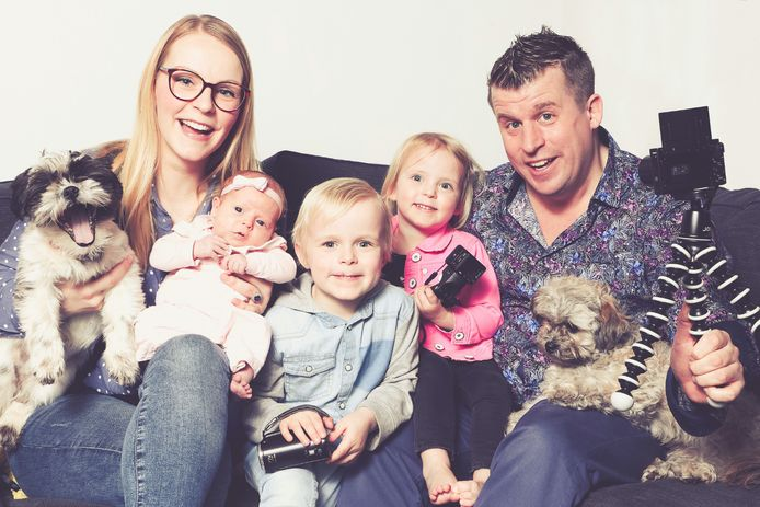De familie Bellinga. Van links naar rechts: Pip, Fara, baby Luxy, Luan, Lucilla, Daniël en Woezel.