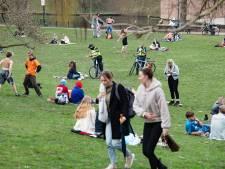 Lenteweer lokt jongeren massaal naar de parken: 'Ik heb niet verteld dat de rest van de klas er ook is'
