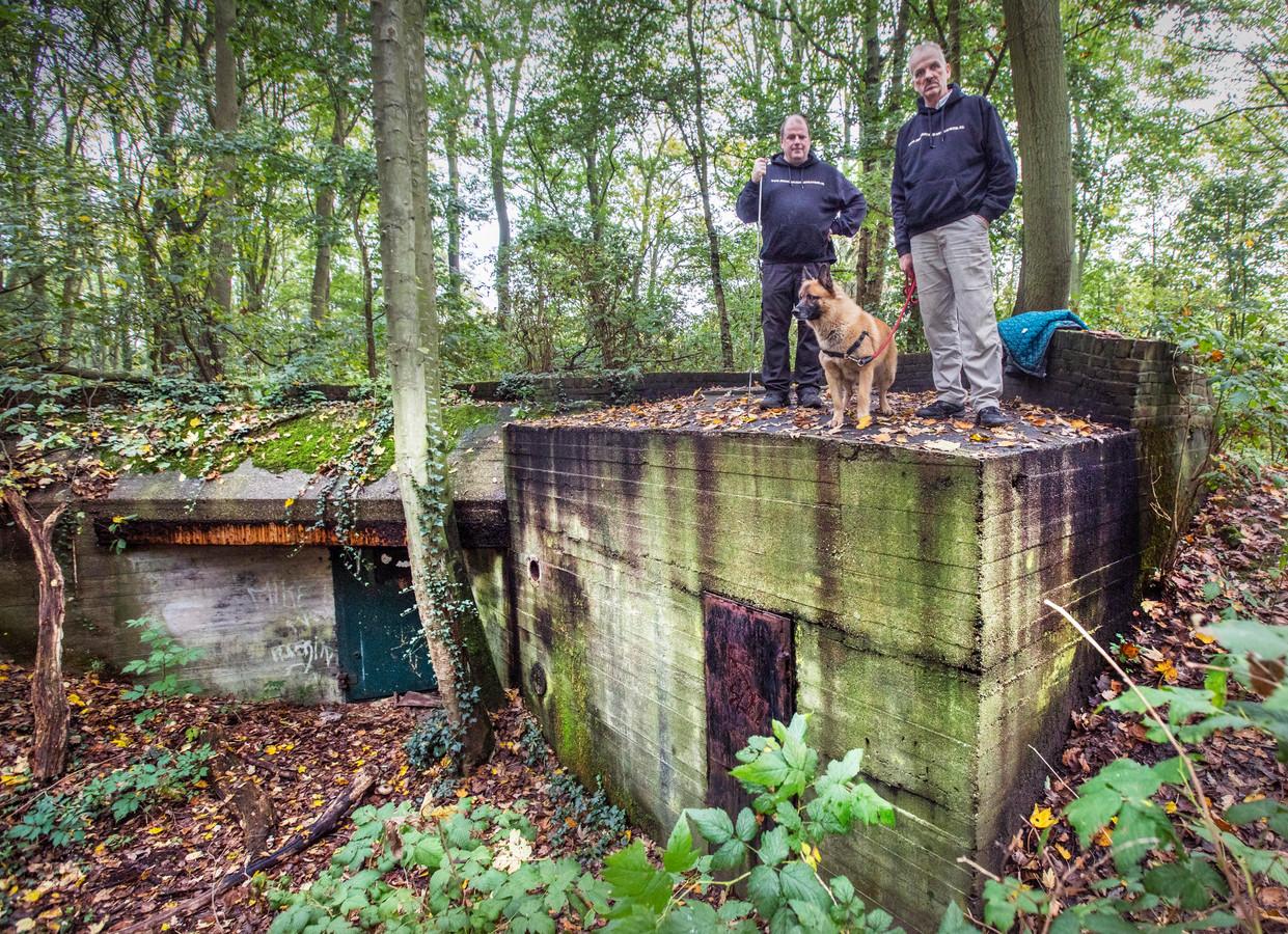 Rene (R) en Ruud met hond Mex bij een bunker op landgoed Clingendael. Rene en Ruud ontwikkelden de bunker App.
