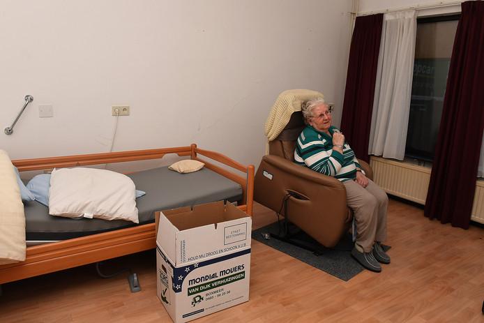 Alles ingepakt. Klaar voor de grote verhuizing. Mia Jeurissen (83) rust even uit voor ze om 08.00 uur naar gemeenschapshuis De Pit gaat waar het ontbijt wacht. ,,Ik heb wel niet zo goed geslapen vannacht.''