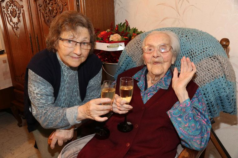 Maria Cardinael klinkt met haar schoondochter Erna op haar 103de verjaardag.