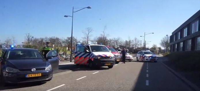 Politie bij het ZGT, voor een applaus richting het zorgpersoneel in Almelo. Ook de brandweer deed mee.