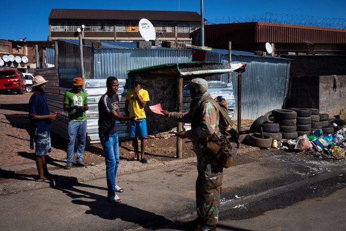 In Johannesburg worden folders met informatie uitgedeeld.