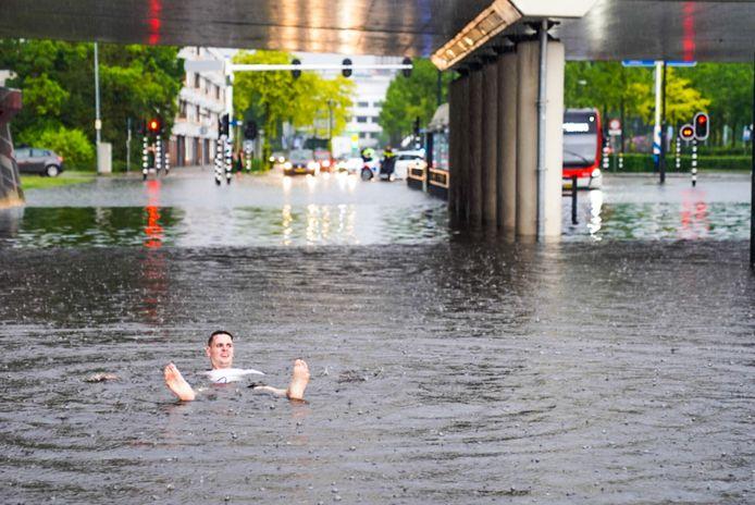 Het noodweer zorgde ook voor lol. In de Noord-Brabantlaan in Eindhoven werd gebadderd tijdens het noodweer.