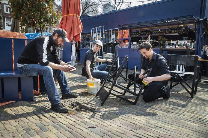 Horecaondernemers gingen vandaag al aan de slag met het klaarmaken van hun terrassen.