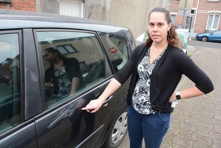Cindy Rombaut toont de krassen op haar wagen