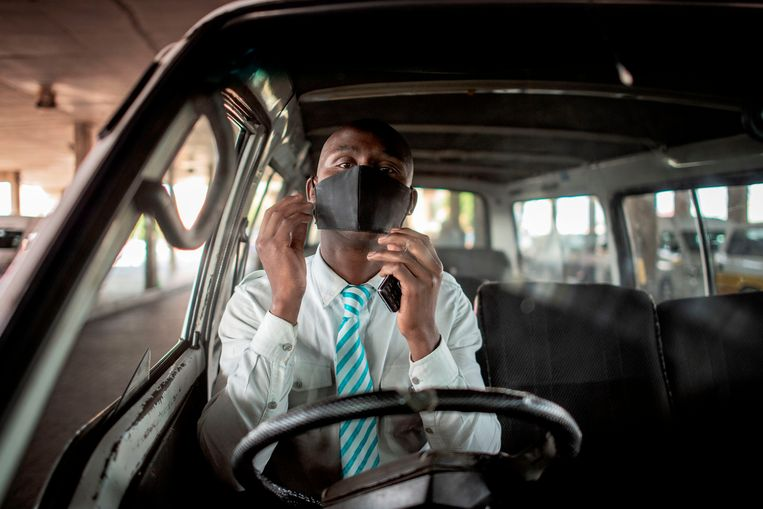 Een taxichauffeur in Soweto, Johannesburg. In Zuid-Afrika is een variant van het coronavirus opgedoken die vooral onder jongeren besmettelijker is. Beeld AFP