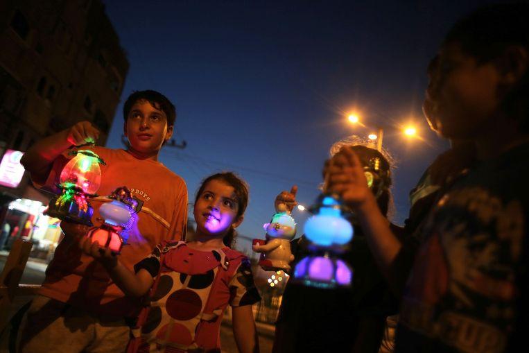 Kinderen in Gaza Stad met speciale Ramadan-lantaarns. Beeld null