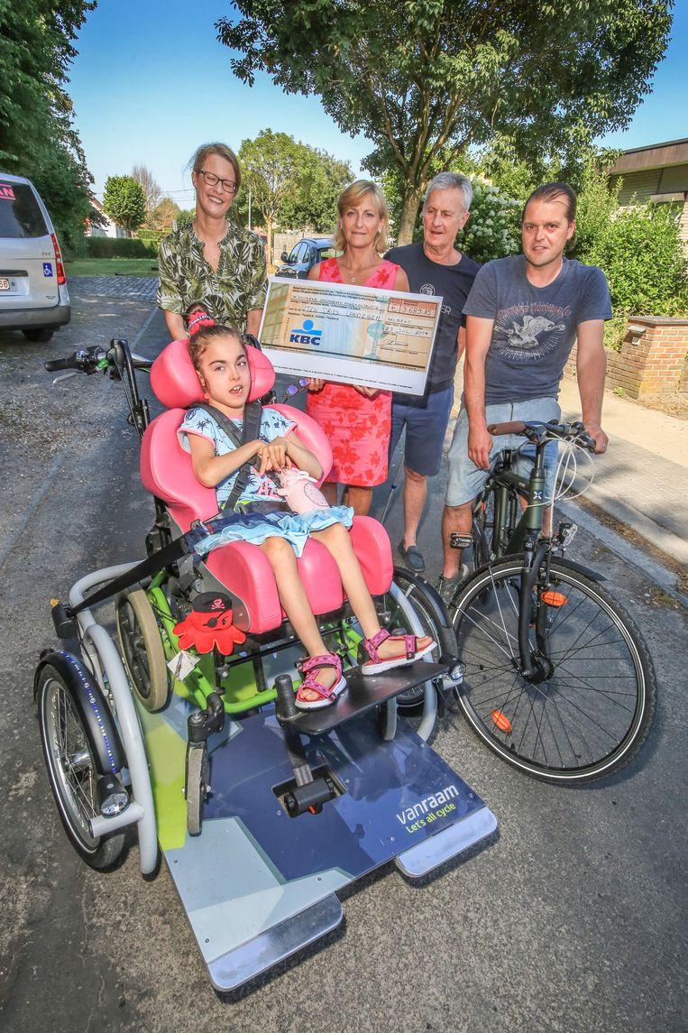Ten Dries in Landegem, de school van Ella, krijgt 3.689,85 euro. We zien op de foto Ella en (vlnr) Kaat D'haene, Mieke Schorreels en haar man Marc D'haene en Dominique Dubus.