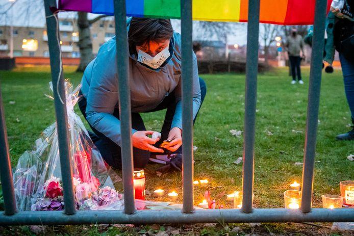 Er worden kaarsen aangestoken en bloemen neergelegd op de plek waar David P. dood werd aangetroffen.