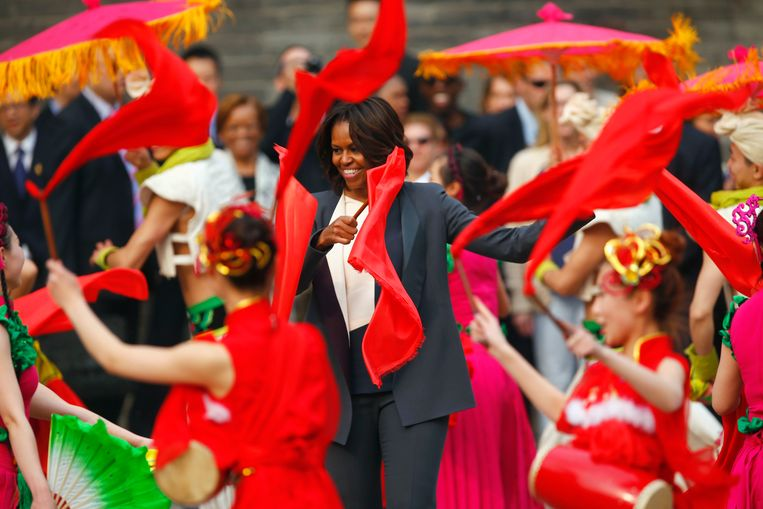 U.S. first lady Michelle Obama (C) dances with folk performers as she visits the City Wall, in Xi'an, Shaanxi province, March 24, 2014. REUTERS/Petar Kujundzic (CHINA - Tags: POLITICS TRAVEL SOCIETY TPX IMAGES OF THE DAY) Beeld REUTERS