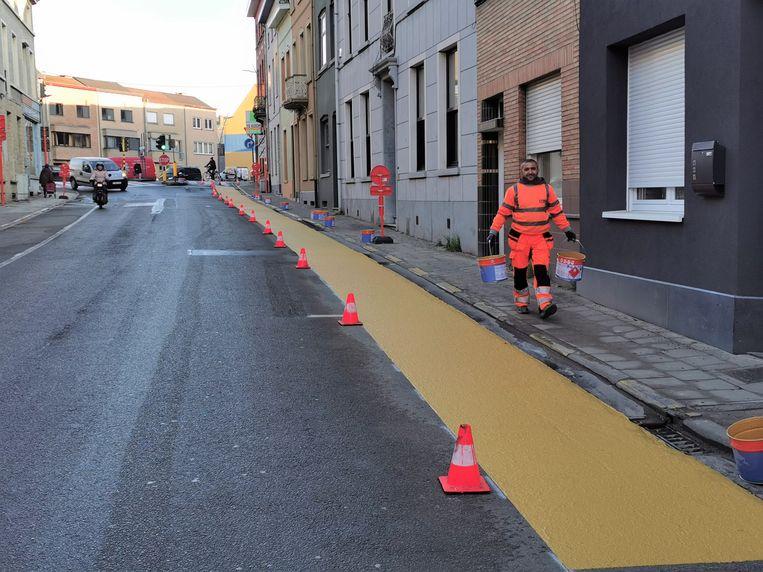 Donderdag werd de fietsstrook op de Brusselsesteenweg aangebracht.
