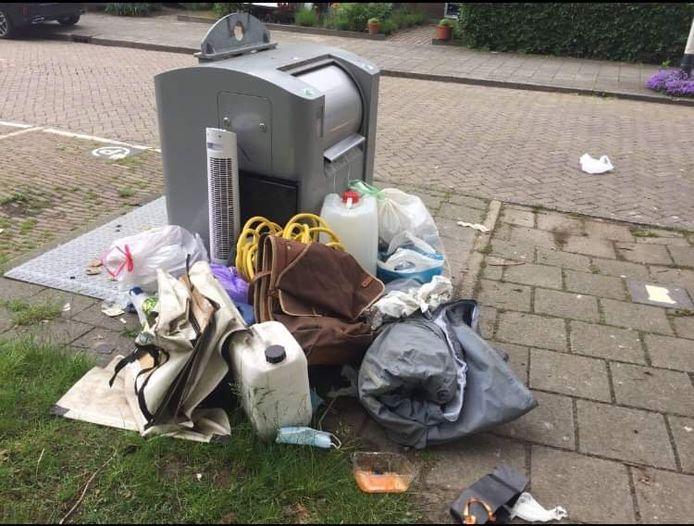 Afval rond een ondergrondse container in de wijk Blauwe Kei in Breda. Sinds het grofvuil niet meer gratis wordt opgehaald, vervuilt de stad, vindt Olga Voeten. Ze is een petitie gestart.