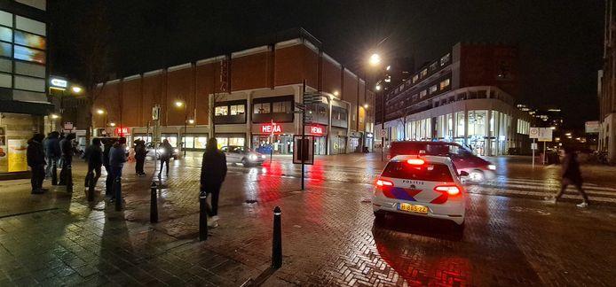 Maandagavond 20.15 uur: De politie houdt toezicht op de Sarisgang in Dordrecht, in verband met mogelijke demonstraties tegen de avondklok en coronamaatregelen.