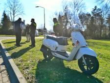 Scooterrijdster kort buiten bewustzijn na harde val in Riethoven