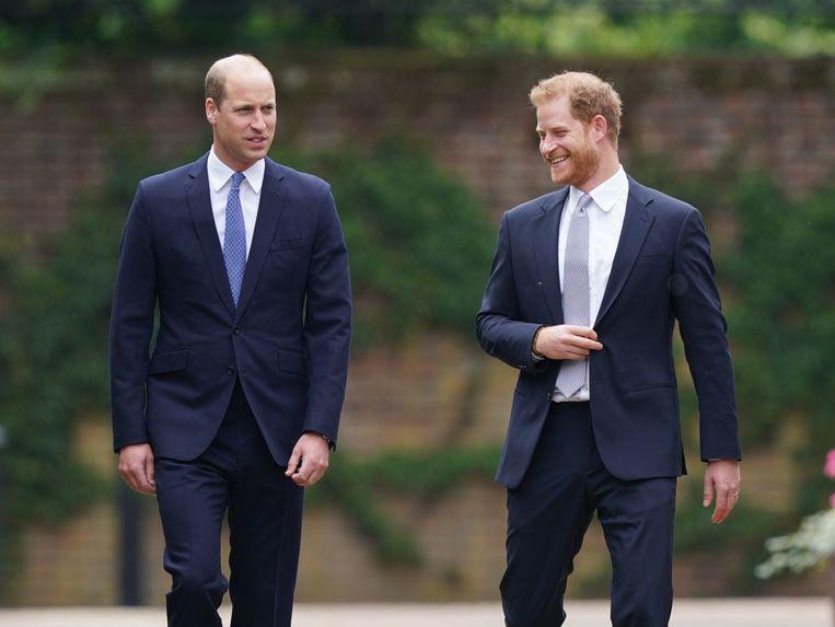 Prins William en prins Harry vlak voor de onthulling van het standbeeld van prinses Diana. Beeld BrunoPress