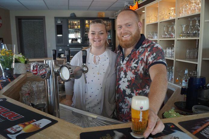 Thomas Rijssenbeek en zijn vrouw Sarah Vandeputte zijn de nieuwe gezichten van café De Sportwereld.