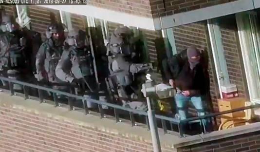 Politieinval in een van de woningen in Arnhem.