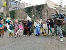 Kleuters van creaworkshop Klein Festijn en Wim Claeys tonen hun kunnen aan senioren in De Horizon