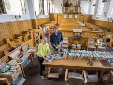 Neuzen tussen de boeken of op avontuur in de toren: eeuwenoude kerk in Baarland zet de deuren open