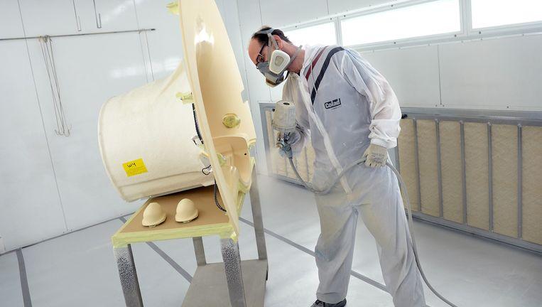 MRI-scanner wordt in de verf gezet in een fabriek van Philips Healthcare. Beeld Marcel van den Bergh