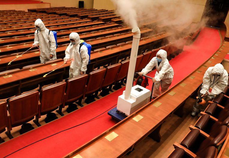 Een aula in Wuhan wordt ontsmet. Beeld Getty