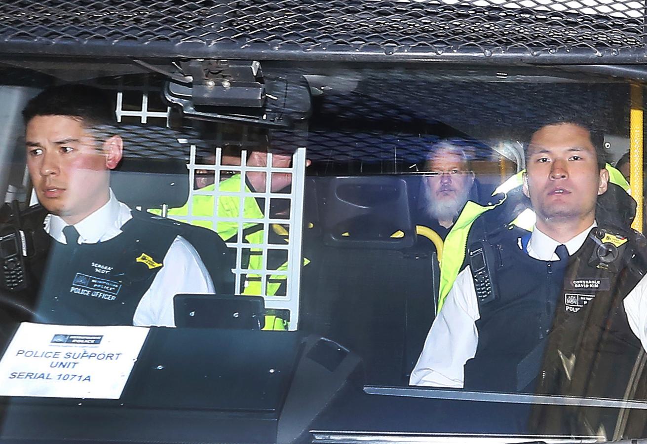 Assange bij zijn overbrenging naar de gevangenis in april van dit jaar.