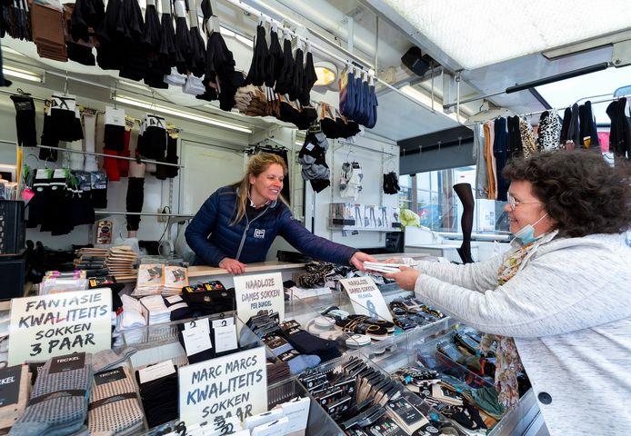 Op de wekelijkse markt in Rokkeveen zijn de non-food kraampjes ook weer van de partij. Zo ook PP Socks van Masja Remmerswaal.