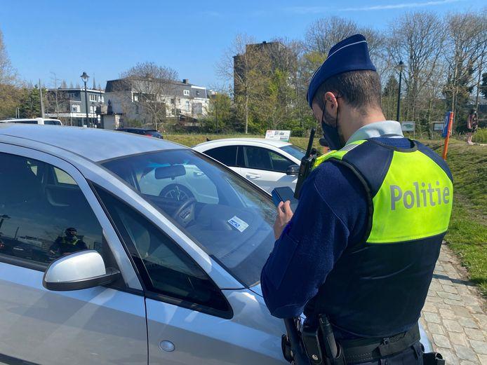 Een agent houdt een controle tegen het misbruik van parkeerkaarten.