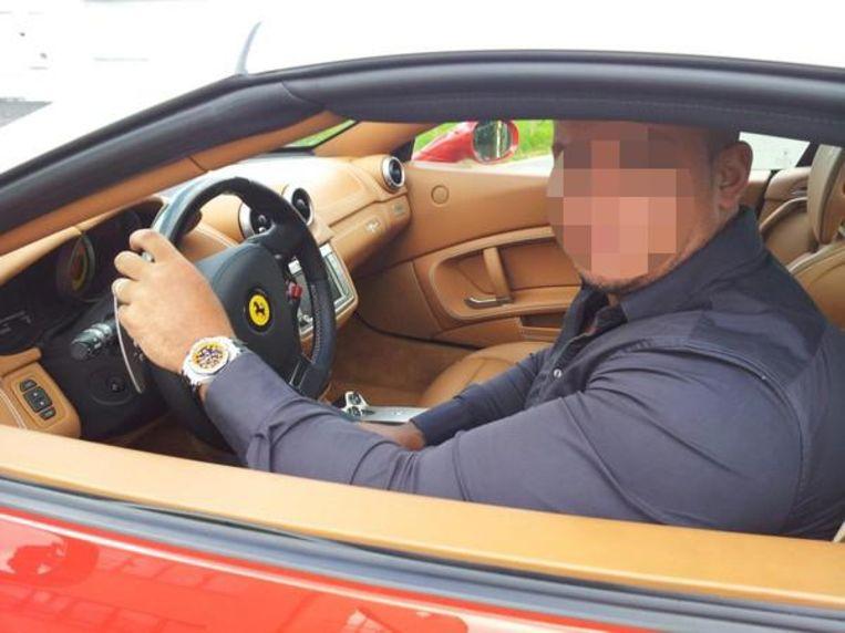 De Amsterdamse drugsbaron Housseine Ait S. wordt gezien als de opdrachtgever voor de recente schietpartijen (hier achter het stuur van zijn Ferrari).