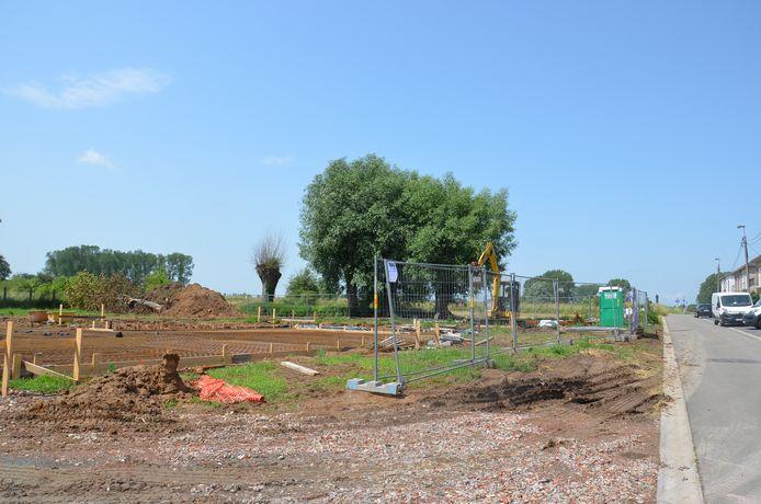 De bouw van een nieuw jeugdlokaal voor KSA Sint-Jan en KSA Sint-Lut Haaltert in de Wypenstalstraat is van start gegaan.