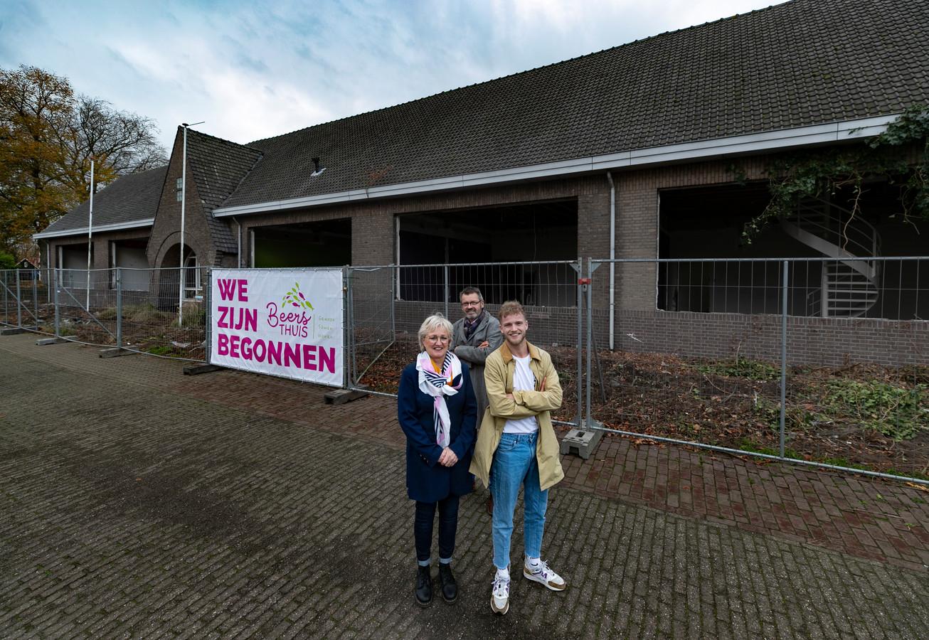 Arno, Anny en Aron van den Berg bij de verbouwing.