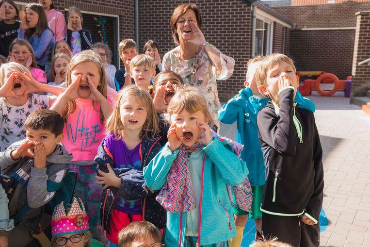 De kinderen brullen luid : 'Kukelekukuuu... goededag Lauw!'