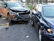 Twee auto's flink beschadigd bij botsing in Breda