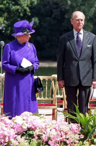 """Troonsafstand? Daar denkt ze niet aan nu prins Philip er niet meer is: """"De Queen doet door tot ze neervalt"""""""