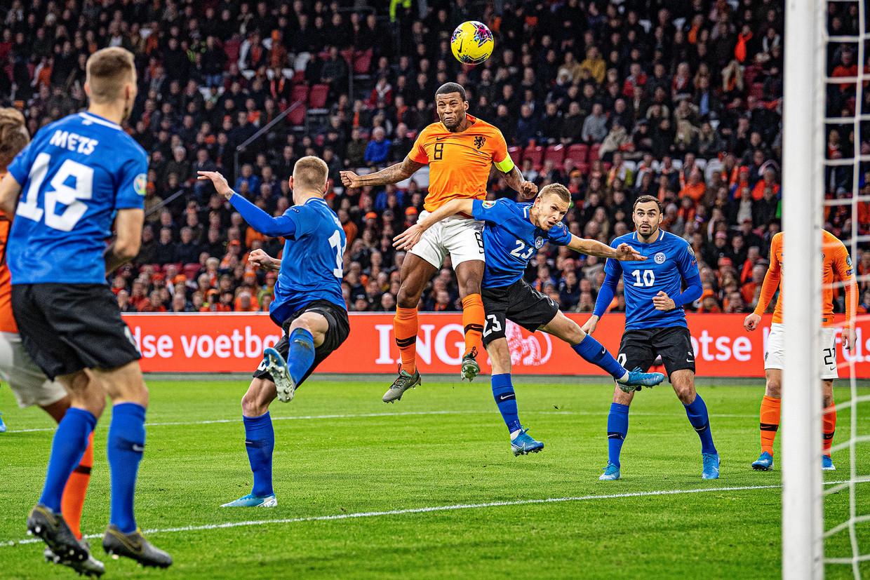 Georginio Wijnaldum scoort de 1-0 na 6 minuten, de gelegenheidsaanvoerder is sterker in de lucht dan Taijo Teniste.
