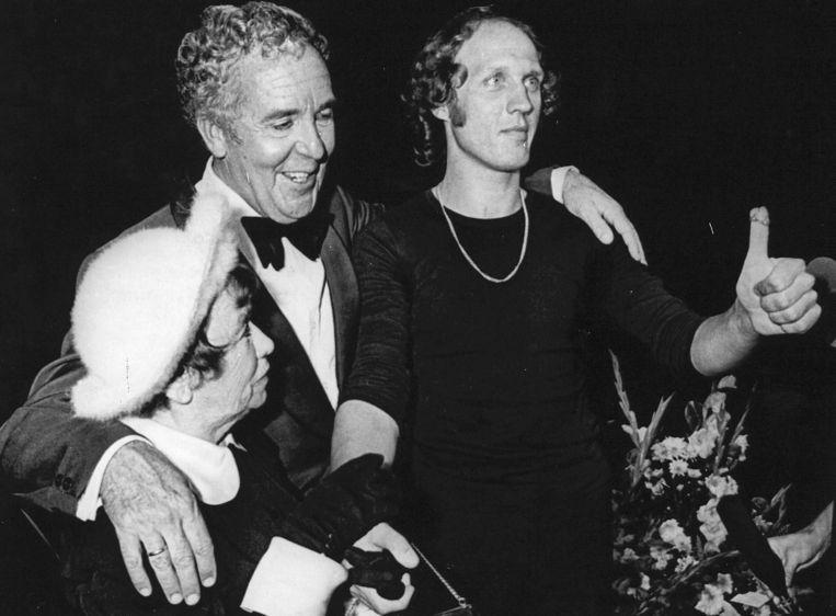 1976: Na afloop van zijn laatste jubileumvoorstelling draagt cabaretier Wim Kan de Louis Davidsring, die hij sinds 1951 in bezit had, over aan Herman van Veen, die het kleinood hier aan zijn duim omhoog steekt. Beeld ANP