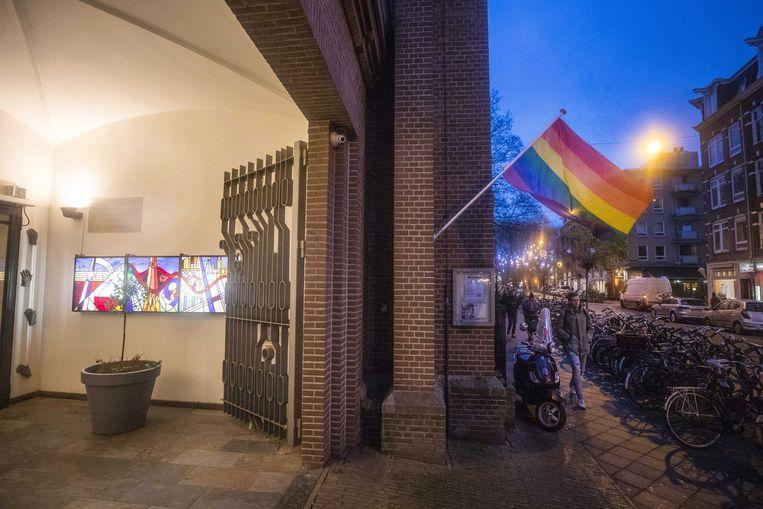 Een regenboogvlag bij de Amsterdamse Oranjekerk in protest tegen de Nashville-verklaring  Beeld EPA