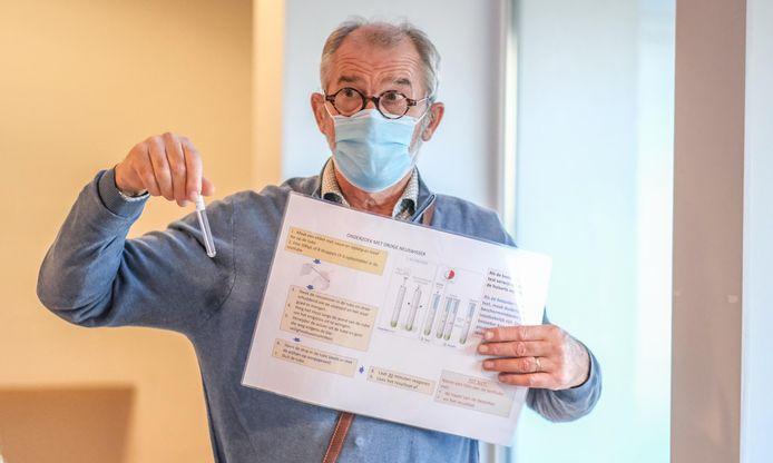 coördinerend raadgevend arts Luc Verraes legt uit hoe de sneltest werkt.
