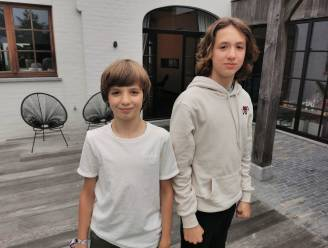 """Maak kennis met de Oostkampse musicalbroers Lucas (14) en Louis (12): """"We zijn streng voor elkaar, maar ruzie maken op het podium doen we nooit"""""""