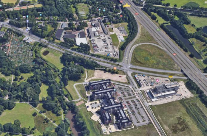 Aan de overzijde van de Kempenbaan (midden) zit een kolossaal distributiecentrum in de pen. Aan deze zijde de Leyhoeve en het Van der Valkhotel, rechts loopt rijksweg A58.