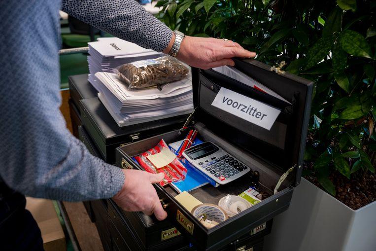 Voorbereidingen voor de verkiezingen: De koffertjes met stembureu-benodigdheden staan klaar in het gemeentehuis van Nunspeet. Beeld Bram Petraeus